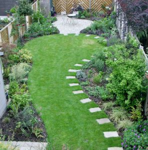 Stepping stones emphasise long smooth lawn curve